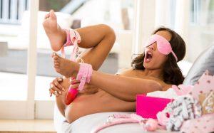 Путана в розовых наручниках
